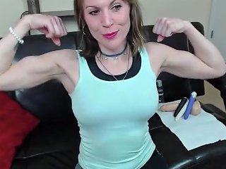 Mature Webcame Girl Flexing
